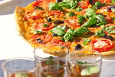 Gör en pizza i sommar på egenodlade kryddor och grönsaker. Foto: Floradania