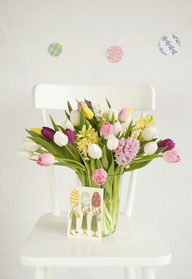 Placera en tulpanbukett på en lite oväntad plats - effektfullt!   Foto: Blomsterfrämjandet