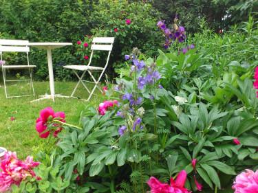 Prunkande blommor och en skön plats att fika på - sommar i all sin prakt!