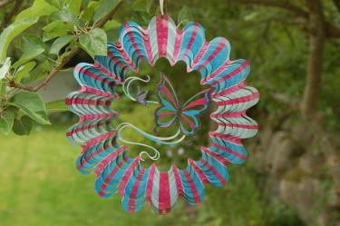 En rar fjäril pryder detta vackra vindspel. Häng det i trädgrenen ovanför hängmattan och njut av dess fina lyster när solens strålar lockar det att glittra. Foto: [Odla.nuShop](http://erbjudande.odla.nu/vs/?utm_source=odla&utm_medium=webb&utm_campaign=shopspalt1)