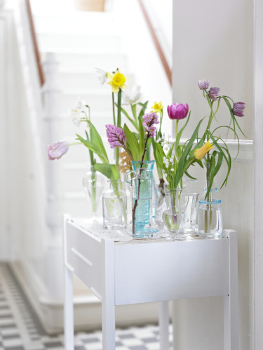 Arrangemang i olika vaser, slankt och elegant. Foto: Blomsterfrämjandet