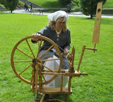 Spinning av lingarn.  Foto: Sylvia Svensson