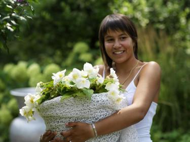 Vit hängbegonia i vit korg. Foto: Blomsterfrämjandet IBC.