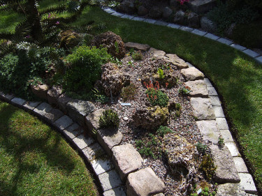 Ett annorlunda stenparti med kraftig kantning mot gräsmattan. Foto: Sylvia Svensson