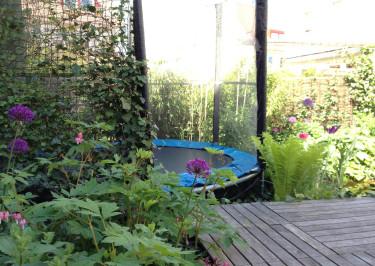 Plantera runt om och låt humle och murgröna bilda en skön vägg av grönt. Låt en del vara öppen från plantering så att du kan ha uppsikt och barnen visa sina konster!