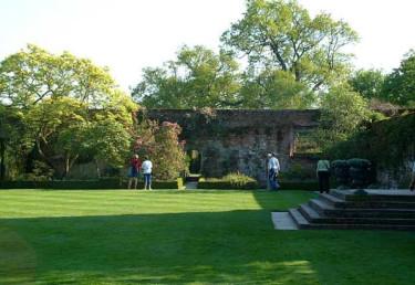 Sissinghurst i England kan ståta med perfekta gräsmattor.