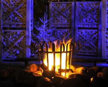 Levande eld och blå belysning, kanske något för årets sista grillparty?Foto: Bernt Svensson