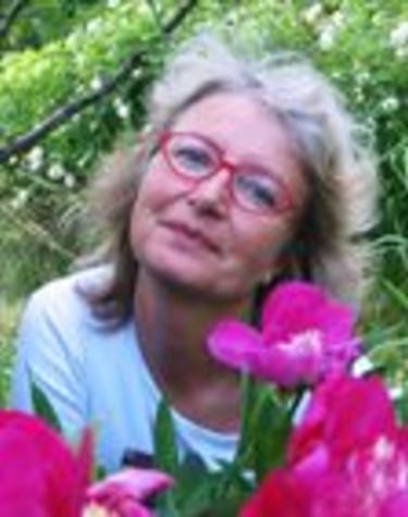 Kerstin Engstrand är journalist, fotograf och författare till 13 trädgårdsböcker.