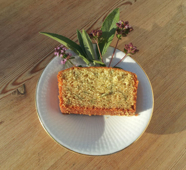 En alldeles vanlig sockerkaka smaksatt med blommor och blad.