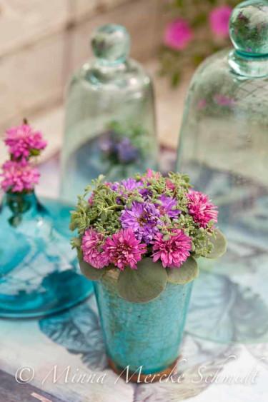 Fint arrangemang i vas med sommaraster. Foto: Minna Mercke Schmidt/Blomsterfrämjandet