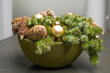 Stilfullt arrangemang med grönt, kottar och guldfärgade julkulor. Foto: Floradania