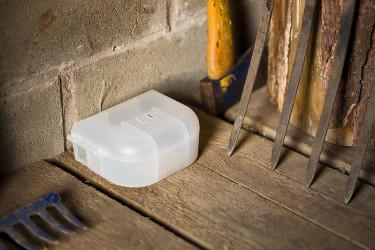 Safe MouseBox är en smart musfälla där själva fällan placerats i en transparent plastbox med två ingångar för musen.