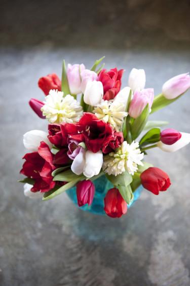Polkagrisfärgad tulpanbukett Foto: Blomsterfrämjandet