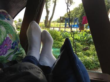 Vem vill inte ligga här och blicka ut över grönsaksland och soltorkad tvätt?  Foto: Marie-Therese Siwiec