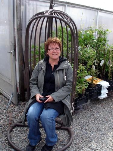 Trädgården, som hela tiden tar ny form, betyder mycket för Helen i Piteå! Här ett besök i plantskolan för att kolla nyheter en tidig vår.