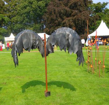 Vingar för en svart ängel kanske, gjorda av gamla bildäck! Foto: Sylvia Svensson
