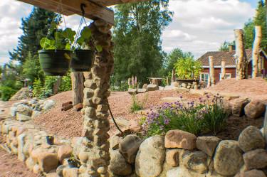 Även kryddväxter har en plats i Geerts vackra och egensinnigt formade trädgård.