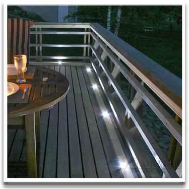 Nerfällda spotlights ramar in och skapar trevnad. Från [Balkongshoppen](http://www.balkongshoppen.se/led-sidelite-hipo-4kitt-p-706-c-111.aspx)