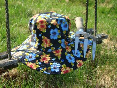 Ibland behöver vi lägga hatten och krattan en stund för att pausa i trädgårdsbestyren. Snart kommer vinter och pausen blir lite längre än vi önskar. Då håller vid grönskan grön här på Odla.nu! Foto: Katarina Kihlberg