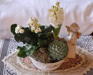 Luciagrupp med vita blommor. Arr+foto: Sylvia Svensson