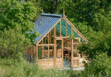 Det vackra växthuset i cederträ smälter helt in i omgivningen. Foto: Vansta Trädgård