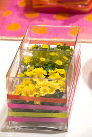 Linda plasttejp i glada, klara färger runt glaskrukan, det blir väldigt effektfullt.  Foto: Floradania