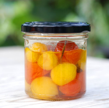 Inkokta körsbärstomater äter du kalla som tillbehör eller som en liten smårätt tillsammans med fetaost, oliver och nybakat bröd. Mums! Foto: Monika Hulthe