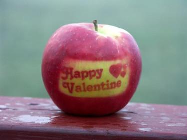 Ett fantasifullt Valentinäpple. Hur du gör beskrivs sist i artikeln! Foto: Sylvia Svensson