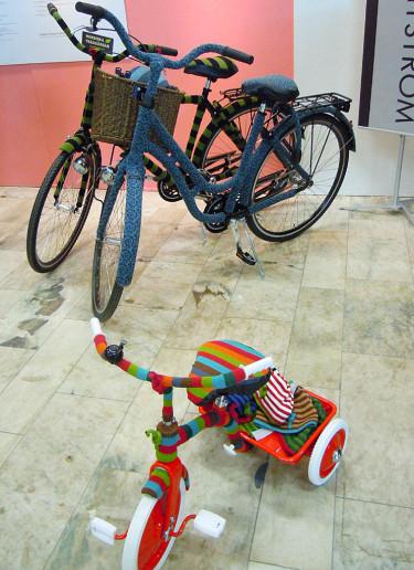 Lena Nyströms stickade cyklar. Foto: Sylvia Svensson