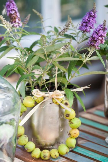 Ring av prydnadsäpple och vas med fjärilsbuske. Foto: Blomsterfrämjandet/Minna Mercke Schmidt