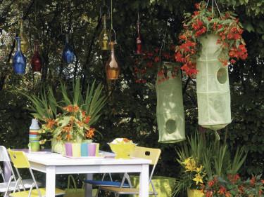 Placera några hängbegonior i klädförvaringsboxar och häng upp i träden. Effektfullt!  Foto: Blomsterfrämjandet