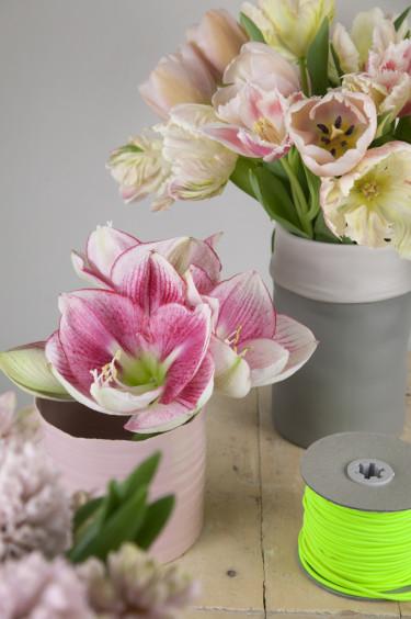 Arrangemang med rosa tulpaner och amaryllis Foto: Blomsterfrämjandet