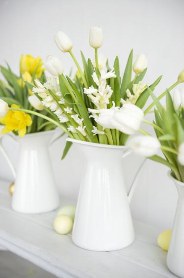 Flera vackra blomsterbuketter på rad. Foto: Blomsterfrämjandet