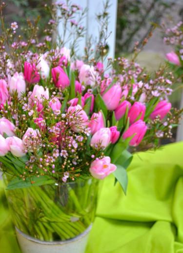 Tulpanbukett i rosa toner med vaxblommor i, Gunnar Kaj Foto: Blomsterfrämjandet