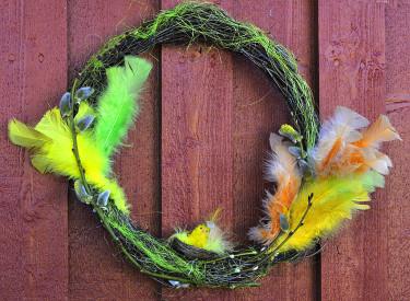 En enkel påskkrans av kvistar och fjädrar. Foto och arr: Sylvia Svensson