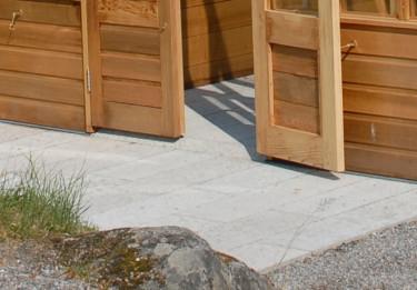 Golv i öländsk kalksten smälter också in i naturen. Foto: Vansta Trädgård.