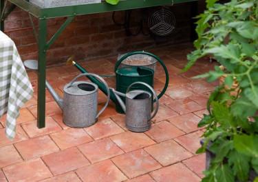 """Växthusgolvet är i handgjort tegel vid namn """"Ruta"""". Foto: Vansta Trädgård"""