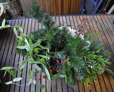 Städsegröna kvistar till girlang eller kanske krans. Foto: Bernt Svensson