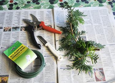 Börja med att samla ihop det du behöver för att göra din vintergröna boll.