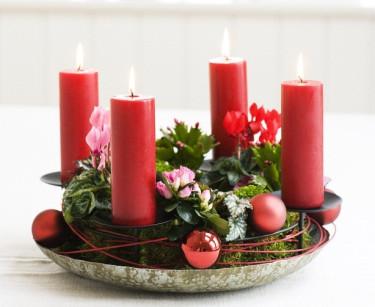 En röd adventskrans med säsongens blommor i miniformat. Foto: Floradania