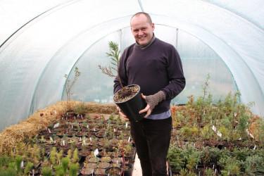I Slottsträdgården i Malmö är förberedelsearbetet inför antågande växtsäsong i full gång, med trädgårdsmästaren John Taylor i spetsen.