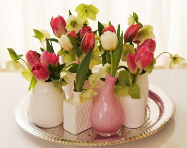Tulpanarrangemang med många vaser Foto: Blomsterfrämjandet