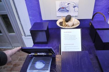 Små blåa lådor att testa luktsinnet med. Foto: Bernt Svensson