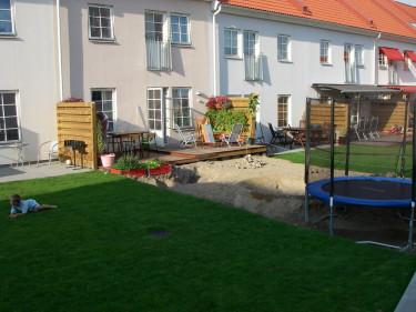 I slutet av sommaren hade grannarna täckt sina trädgårdar med gröna gräsmattor. Vi har grävt fullt med hål i vår.