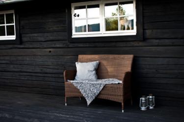 Sittplatser i skydd från väder och vind är en bra investering för trädgården.  Foto: Marie Lithén