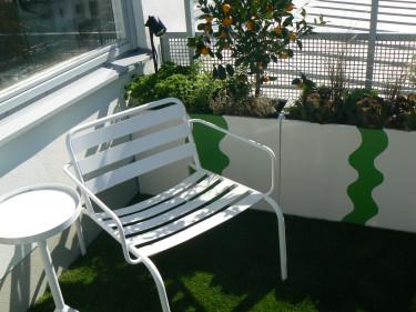 Ha lite större odlingslådor på balkongen för att få upp växterna i ögonhöjd.  Foto: Balkongshoppen