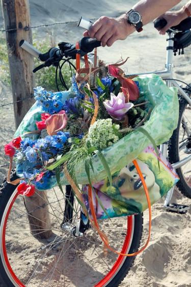 På väg att besöka mamma med en bukett på cykelstyret. Riddarsporre, luktärt, curcuma, slöjsilja, kalla och hirs finns i denna bukett.