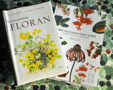 """""""Den nya nordiska floran"""" och """"Våra kulturväxters namn"""". Foto: Bernt Svensson"""