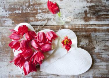 Arrangemang med tulpaner och hjärtan Foto: Blomsterfrämjandet