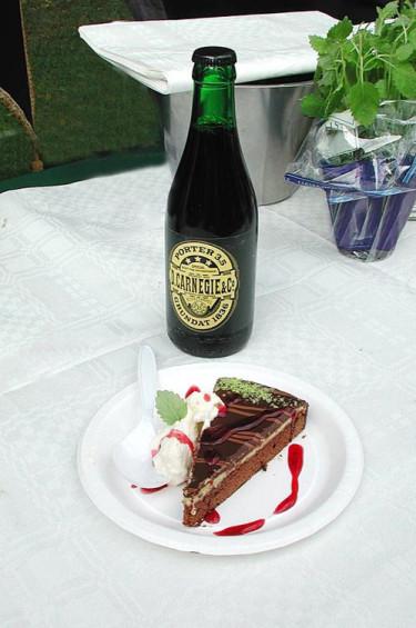 Chokladkaka med porter, gammal svensk firarmat. Foto: Sylvia Svensson